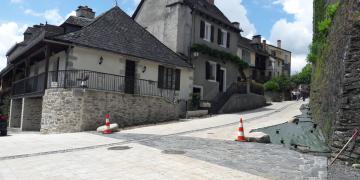 Avenue du Jardin Public (partie basse) - Mise en place de la toile de paillage tissée et des galets (22 mai 2018)
