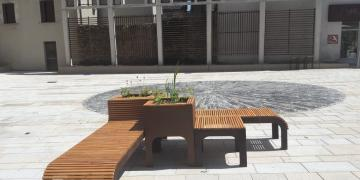 Place Da Maïa - Mobiliers urbains : Table, chaises et jardinères (10 juillet 2018)