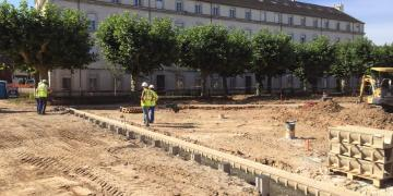 13 juillet 2018 : Pose des caniveaux périphériques et mise en œuvre des plots de brumisation sur le miroir d'eau N°2