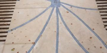 07 septembre 2018 : Vue depuis le bâtiment principal sur l'esplanade en béton sablé avec insertion de bandes en béton gris (zoom sur la rosace)