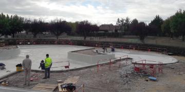ZONE 1 - Préparation du bassin avant réalisation de la résine - Reprise des entourages de bassin (goulottes et support de margelles) (8 octobre 2018)